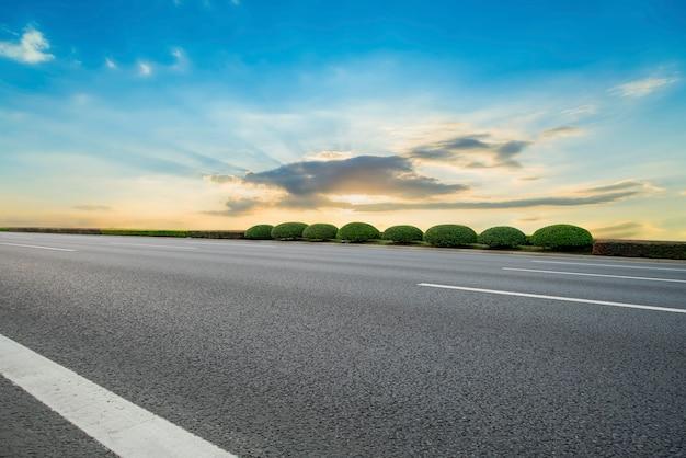 路面と空の雲の風景