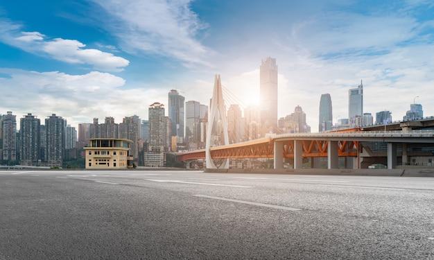 Городская дорога, мост и городской горизонт здания