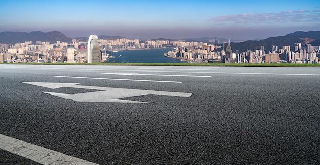 道路と香港の街のスカイライン