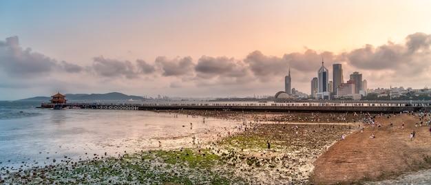 Красивая береговая линия и архитектурный ландшафт циндао