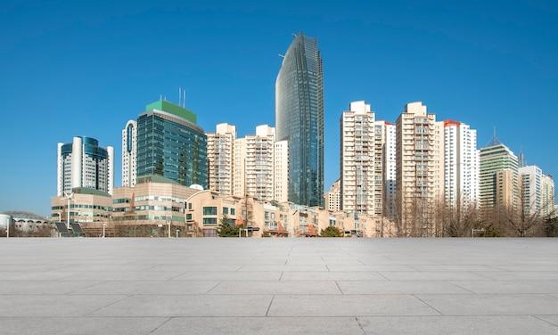 青島市のスカイラインと正方形の床タイルの建物の風景