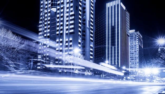 青いトーンと近代的な都市建築の背景の光の痕跡