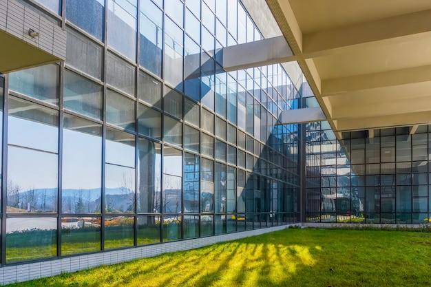 Взгляд современных небоскребов коммерческих финансов стены