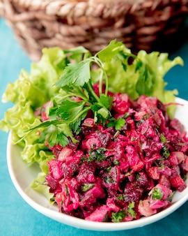 Салат из винегрета с листьями салата и зеленью