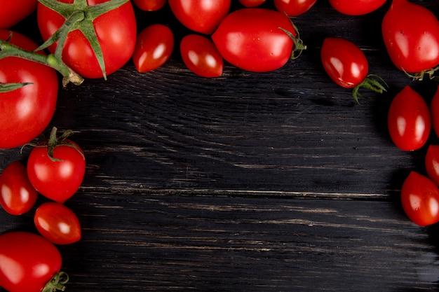 コピースペースを持つ木製のテーブルの上のトマトのクローズアップビュー