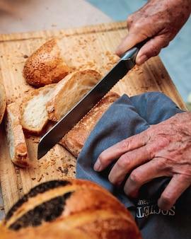 Человек режет хлеб