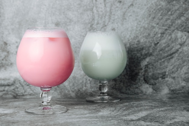 ピンクと白のミルクセーキ