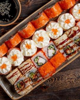 さまざまな寿司ロールのプレート
