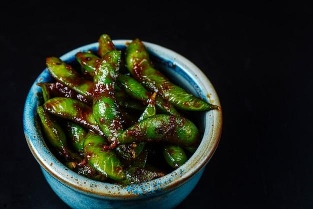 ボウルに醤油で正面の緑豆