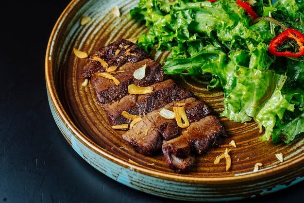 プレートにレタスと赤唐辛子の正面肉サラダ