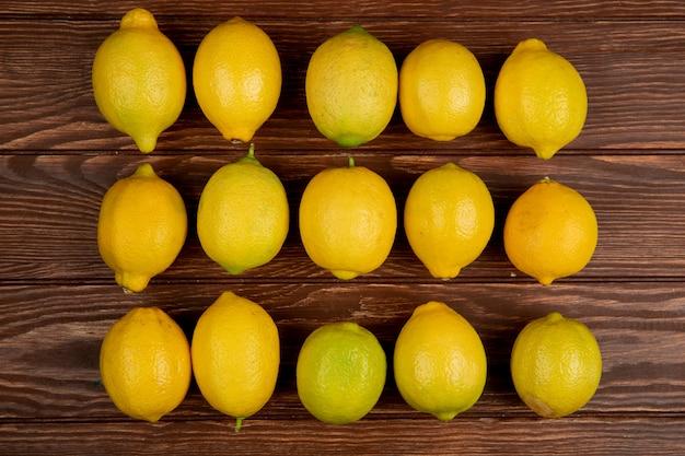 素朴な木に分離された新鮮な熟したレモンのトップビュー