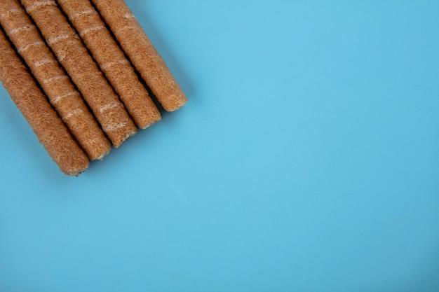 Вид сверху хрустящие палочки на синем фоне с копией пространства