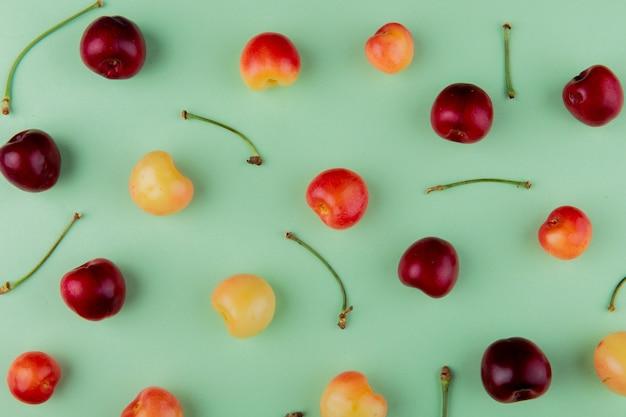 熟したレーニアチェリーとミント色に分離された赤いチェリーのトップビュー