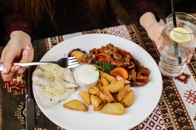 Жареная курица с овощами, картофель, лаваш, сметана, лимонад, вид сбоку