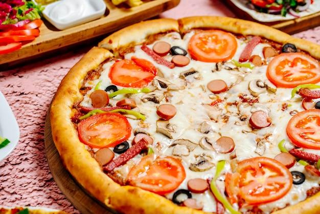テーブルの上のピザやその他の食べ物