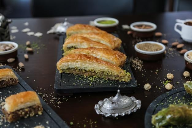 Десерт по-турецки хавудж дилими грецкие орехи фисташки сироп тесто вид сбоку
