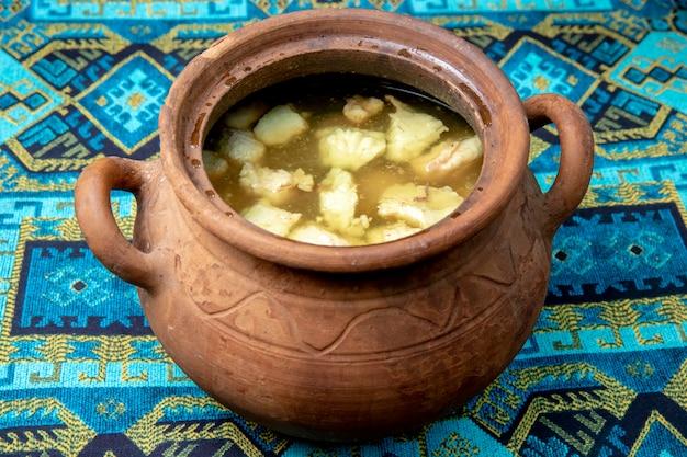 Суп, приготовленный в глиняном горшочке