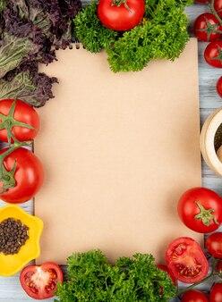 Взгляд сверху овощей как кориандр томата базилика с дробилкой черного перца и чеснока с блокнотом на древесине с космосом экземпляра