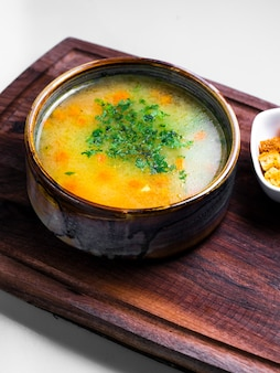 刻んだハーブをトッピングした野菜スープ