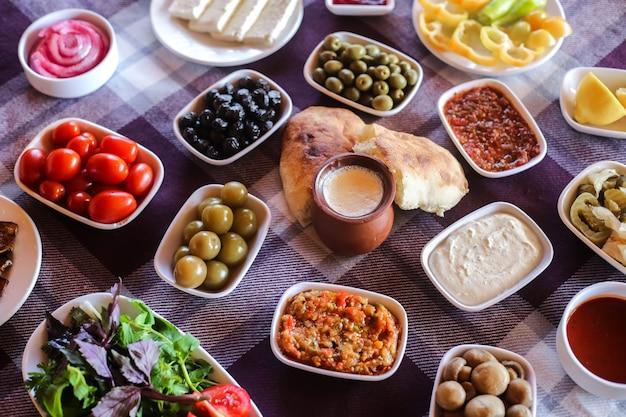 Разнообразная еда на столе и йогурт в горшок вид сверху