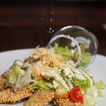 チキンナゲットとチーズのトップクローズアップビューの野菜サラダ