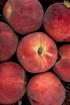 Крупным планом вид вкусных сочных свежих персиков