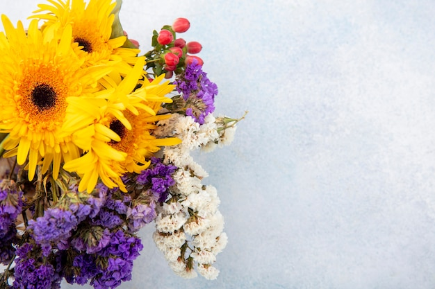 Крупным планом вид цветов на белой поверхности