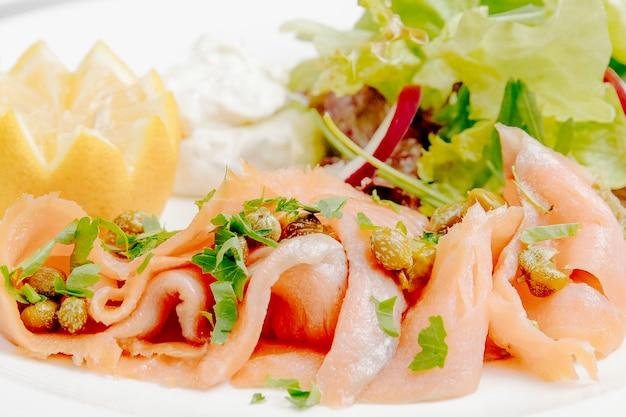 Карпаччо из лосося с лимоном, вид сбоку