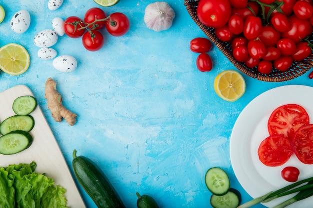 青い表面にレモンとジンジャートマトの卵などの野菜の側面図