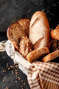 Корзина с хлебом на черной поверхности
