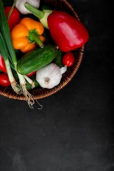 黒の表面に野菜のバスケット