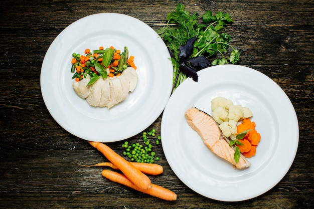 スライスした野菜とサーモンステーキ