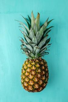 Вид сверху ананаса на синей поверхности