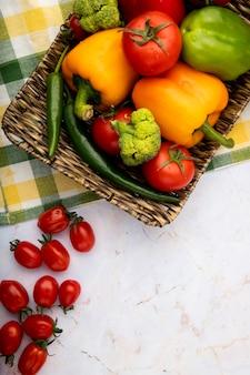白い表面に野菜のトップビュー
