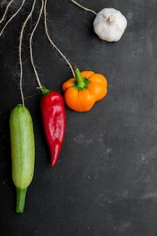 Вид сверху овощей на черной поверхности
