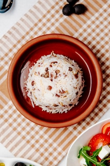 Вид сверху отварной рис с фасолью на столе