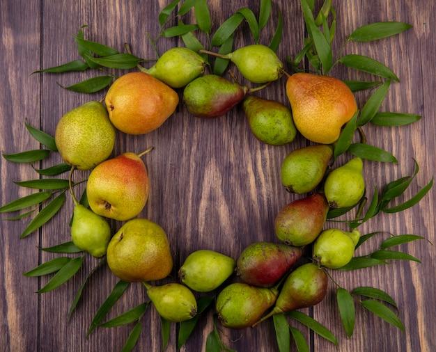葉で飾られた木の表面に丸い形に設定された桃のトップビュー