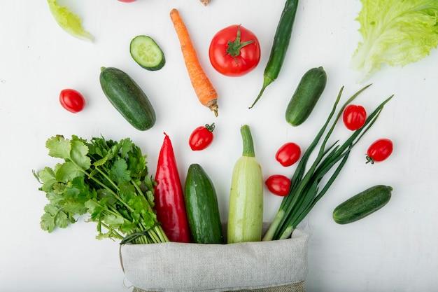 白いテーブルの上の野菜