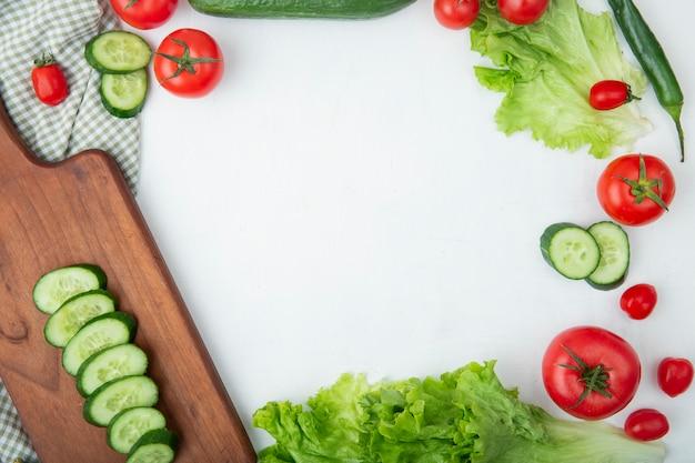 Овощи на разделочной доске на белом столе