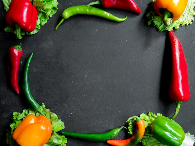 Рамка овощей на черном столе