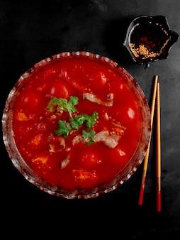 黒いテーブルの上のトマトソースと肉