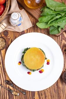 ほうれん草の皮ライストマトスパイスと卵の側面図