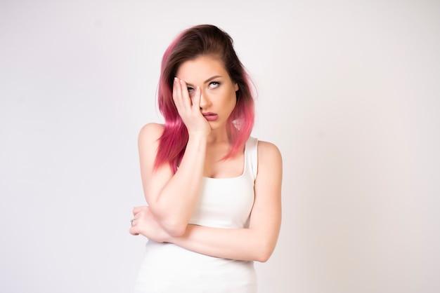 Раздраженная девушка с белой футболкой