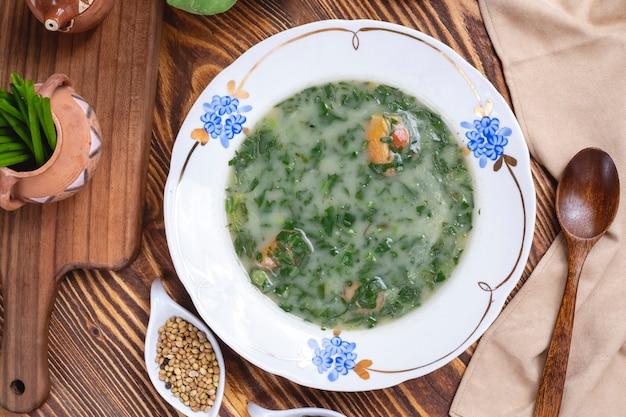 Зеленый суп из шпината с луком и специями