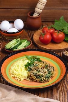 肉ほうれん草の卵トマトキュウリスパイスグリーンサイドビュー