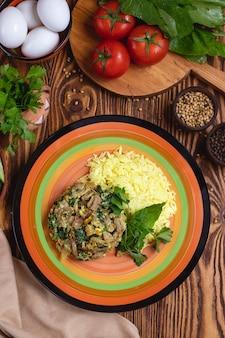 肉とほうれん草の卵とトマトスパイスグリーングリーントップビュー