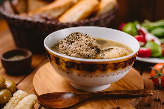 乾燥したミントの葉を添えてアゼルバイジャンコフタミートボールスープのクローズアップ