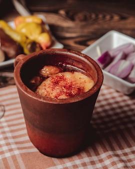 Традиционный азербайджанский пити с бараниной, жирной бараниной, каштанами и горохом