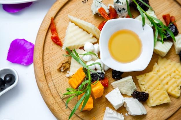 木の板の上面にチーズプレート
