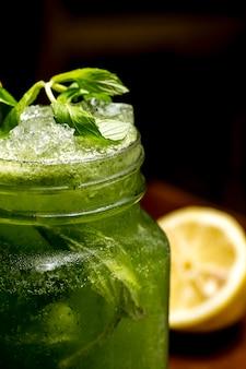 Мохито, лимон, мята, вид сбоку